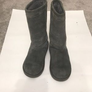 Ugg boot size 6 gray in very good shape
